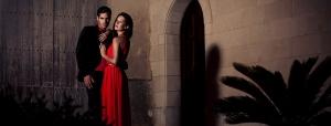 Paar Abendkleidung Kleid dunkler Anzug rot festlich