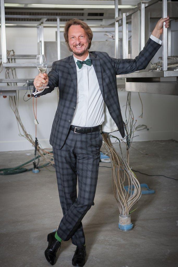 Rebmann Lookbook Sommer 2020 - Bild 12: Zweiteiliger karierter Anzug, für jeden Anlass hier für Abendgarderobe mit grünem Selbstbinder und grünen Socken
